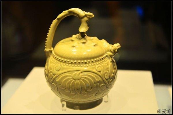 宋代的青釉提梁倒灌壶