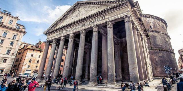 万神殿为开放的景点,不收门票,建筑前面的广场狭小,所以这里总是游人