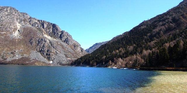 12月底至次年2月,木格措湖面结冻,3月解冻;4月份前气温较低;夏季