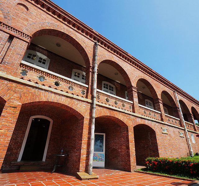 这是一座后文艺复兴时代巴洛克式建筑风格,红砖的外观,竹节落水管,都