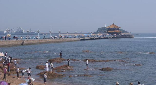 然后走路到【栈桥】(青岛的标志,照照相在海边坐一下.