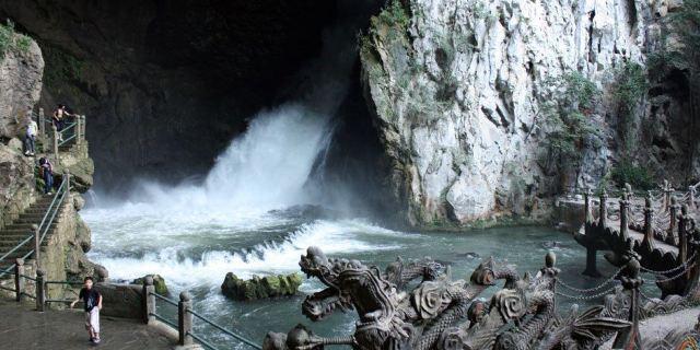 龙宫景区以暗河溶洞为主,集旱溶洞,峡谷,瀑布,峰林,绝壁,溪河,石林等