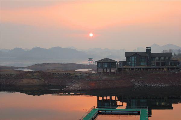 下高速到千岛湖镇路边,或者说经过一个比较大的钓鱼农庄拍的日落.