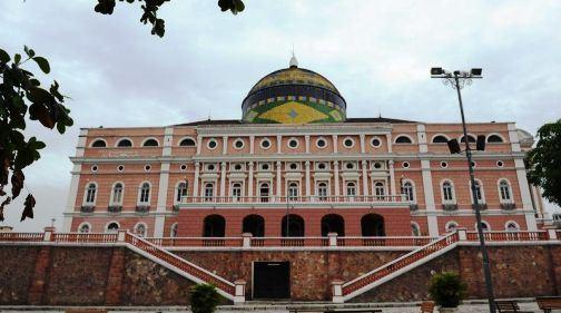 典型的欧式建筑,剧院的正面饰以白色浮雕