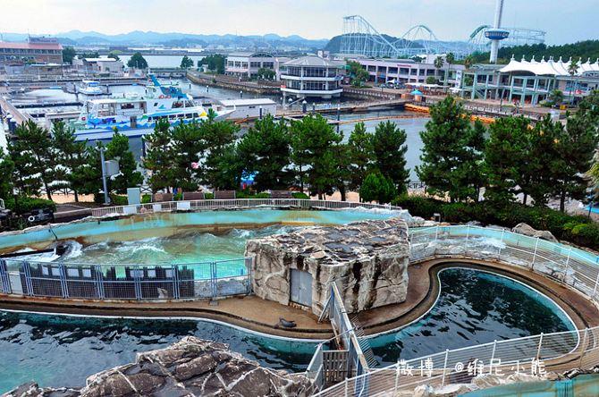 图/文 维尼小熊 八景岛海岛乐园属于横滨市的人工岛,面积有大约24公顷,它坐落于横滨湾的末端,是一个新型的游乐公园,也是日本最好的海洋馆之一。这里也是目前日本最大的海洋馆,岛上的游乐园有全日本最新的飞快奔驶,穿越过海波浪云霄飞车的旋转木马,还有超凡刺激从107米的高度垂直的自由落体。 八景岛乐园足从三种体验型水族馆【海族之馆】、【海豚梦幻馆】、【海洋亲密馆】等,来这的人足够玩上大半天或整天。这里不仅有令人兴奋的各种活动设施,还有美食广场、海湾市场、海岛乐园饭店等融合了吃喝玩乐。 水族馆里有500种类以上