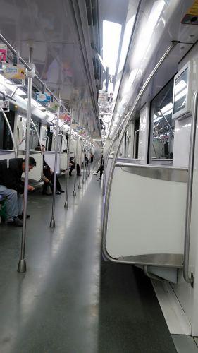 动车到达上海虹桥,地铁去往飞机场