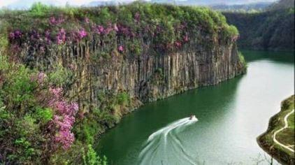 黄椅山火山森林公园位于辽宁省东部的宽甸满族自治县城