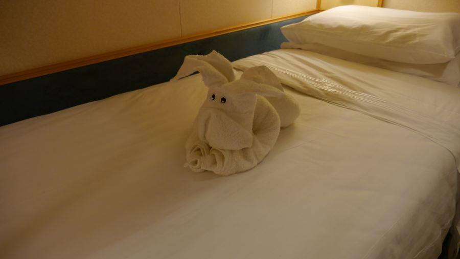 床上毛巾折叠的小动物好可爱