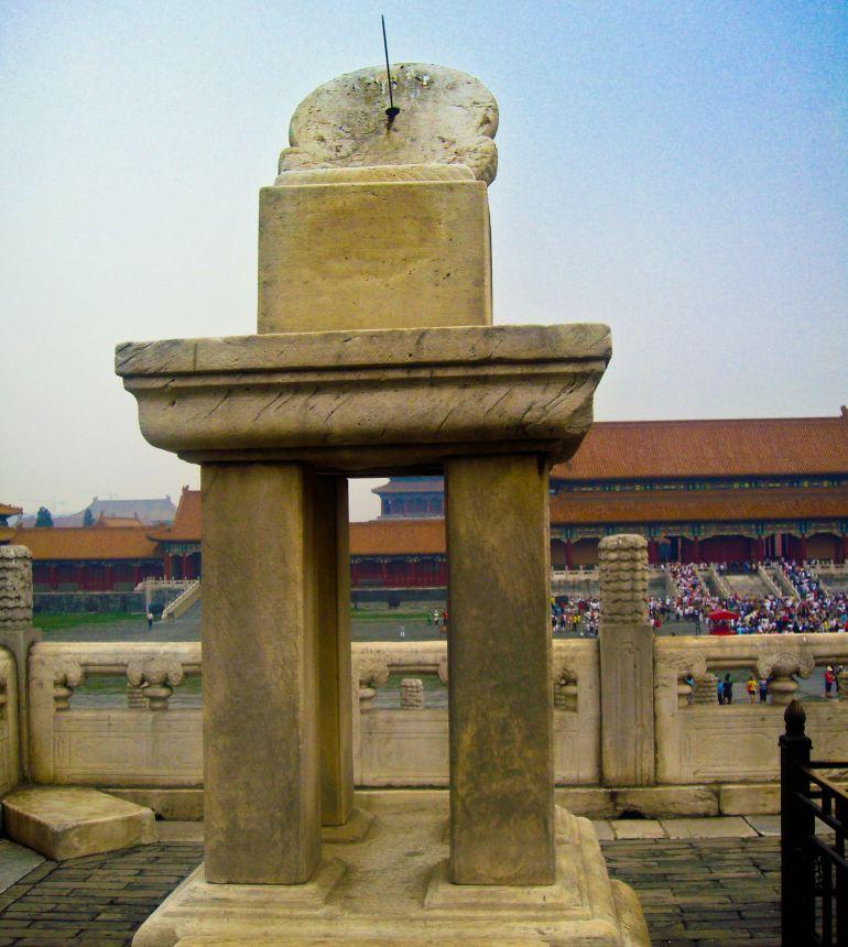 """绝大多数来北京的游人,尤其是初游者,都会把故宫当作必去之处。故宫又称紫禁城,是明、清两代的皇宫,也是古老中国的标志和象征。悠久的历史给这里留下大规模的珍贵建筑和无数文物,也成为今天游玩故宫的主要看点。 故宫是中国乃至世界上保存最完整,规模最大的木质结构古建筑群,被誉为世界五大宫之首(北京故宫、法国凡尔赛宫、英国白金汉宫、美国白宫和俄罗斯克里姆林宫)。其建筑依据其布局与功用分为""""外朝""""与""""内廷""""两大部分。以乾清门为界,乾清门以南为外朝,以北为内廷,两部分的建筑"""