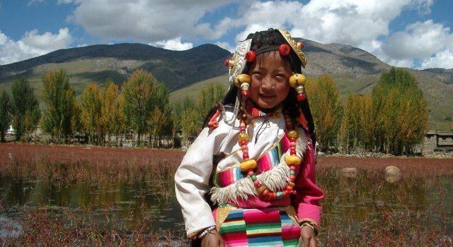 红草滩内有很多十岁八岁的小孩子穿着藏式的民族服装让游人拍照,收费