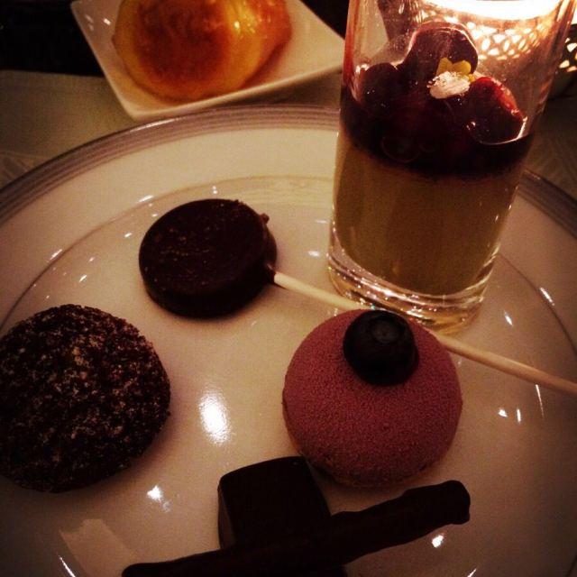 纯手工制作的半岛巧克力,马卡龙以及胡桃糖都是大堂茶座甜点自助的