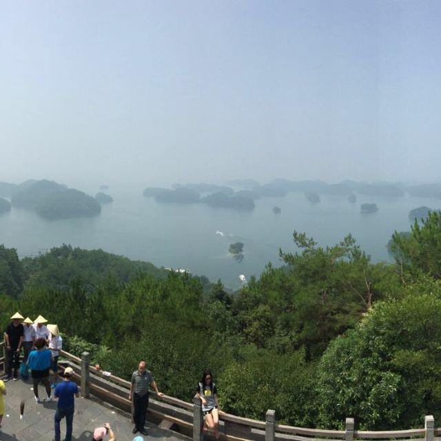 到达梅峰观景台,雾总算淡了点,千岛湖名不虚传.