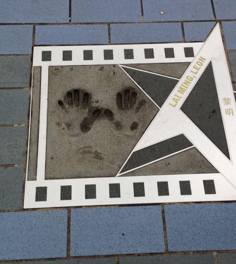 香港星光大道原是位于香港九龙尖沙咀东的海滨长廊,沿维多利亚港而建,用以连接红磡及尖沙咀。后得到政府拨款美化建成。大道仿照美国好莱坞星光大道设计,以香港电影业发展史及旨在表扬幕后巨星和幕后电影工作者成就为主题,从香港艺术馆旁伸延至新世界中心对开,全长440米。漫步星光大道,在观看众多名人手印同时,可欣赏到香港著名的维多利亚港景色、香港岛沿岸特色建筑。 作为表扬香港电影界的杰出人士,地面装嵌的101名电影名人的牌匾,30多块有名人打手印,成为香港旅游一个热点。从香港德高望重的老牌电影人狄龙、楚原、谢贤,到当代