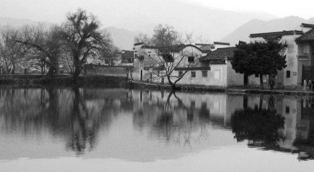 宏村的建筑很有特色,和婺源不同的是,这里的马头墙全都伸到街上来,弄
