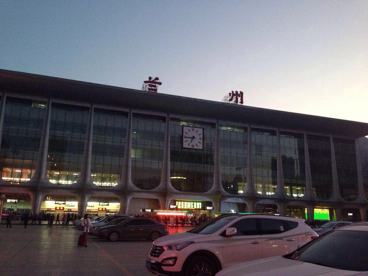 嘉峪关火车站到嘉峪关关城怎么走