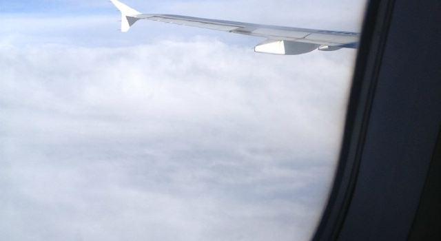 回来的飞机是海航的大飞机,而且是晚上起飞,机上比较空,所以我们占好