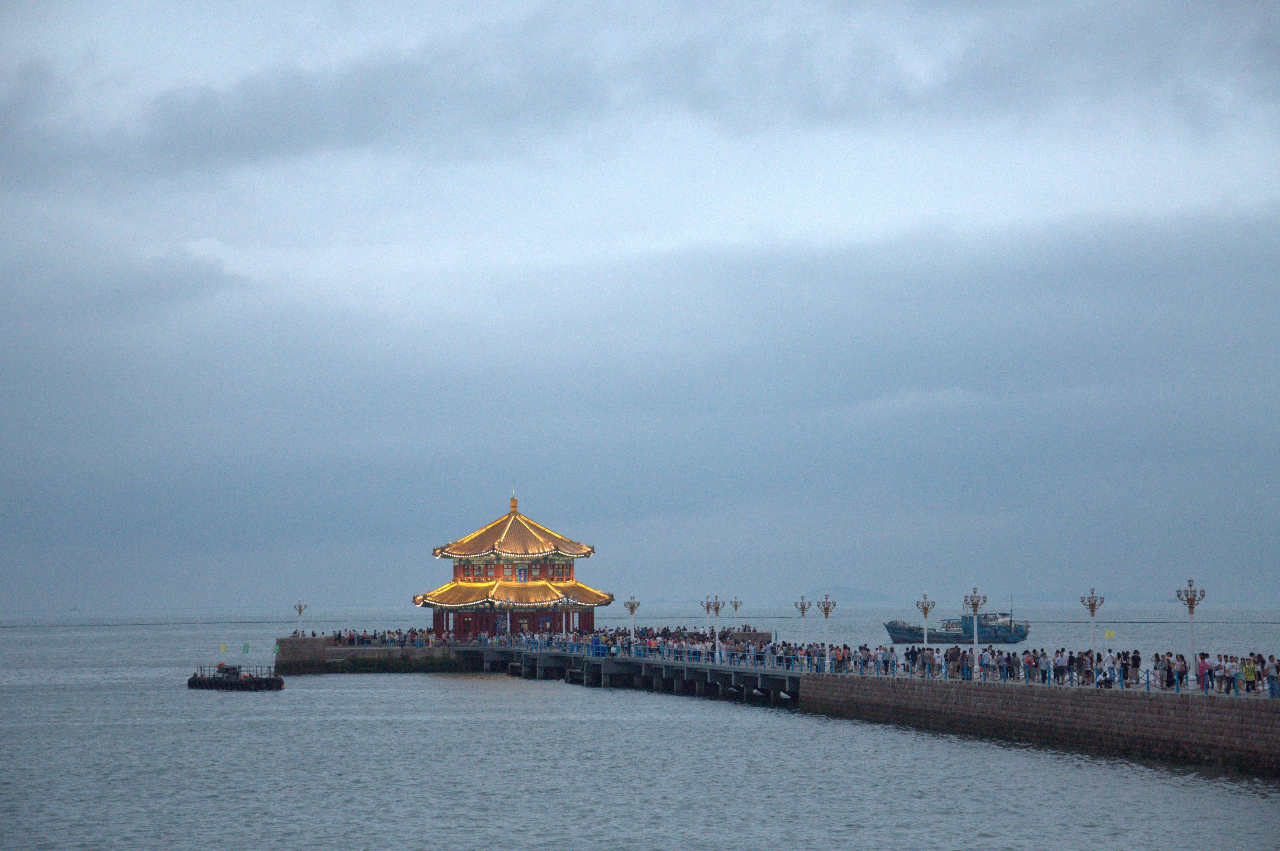 第一次去青岛旅游,景色还是很不错的,重点就是栈桥附近的旅游项目是有多坑。 1就是50元的游艇1小时走遍海边的各个景点,这个我们后来是商量到25一个人,坐上车去了乘船的地方中型的游艇就换成了只能乘坐8人左右的快艇说海事局说风大不让大船出去。上船后一个弯就到海边中间点的位置了,然后停船说每人再加30元就再往里面走,所以5分钟后被送回栈桥,全程一共10分钟左右,特别坑。