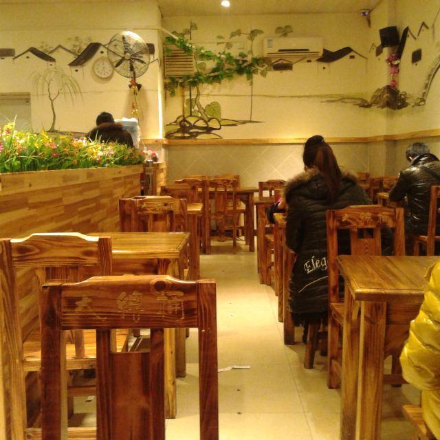 简单的木桶饭店,简单的木桌子,经济实在味道够给力!