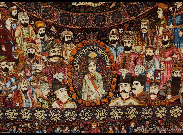 德黑蘭地毯博物館陳列著伊朗最為珍貴的古老波斯地毯。波斯地毯是伊朗的國寶級驕傲,是伊朗波斯王國幾千年民族藝術至尊體現。波斯地毯的歷史至少有近2500年。之後隨著世界文明發展和地區文化交流,地毯工藝和表現手法也越來越多元化,精巧化,逐漸成為了可以適合中產階級的藝術裝飾品,而不僅是皇族可以享用。展館內伊朗波斯王國十六世紀達到了生產地毯的鼎盛時期,不少留傳至今,依舊艷麗完好。波斯地毯主要的原料是絲、棉和毛料。相比中國的絲綢,伊朗那里的絲更適合編織地毯,因為其柔韌性和堅硬程度都比較好。不同地毯所選用原料和原料的比例