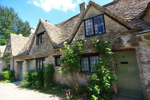 Cotswolds是英格兰中南部的一片区域,这片区域从地理位置上来说涵盖了英国六个郡,分别是Gloucestershire,Oxfordshire,Somerest,Warwickshire,Wiltshire以及Worcestershire,所以它其实并不具备行政分区意义。由于它的地理位置以及其极具代表性的英式浪漫田园乡村风光,它被冠以英格兰的心脏之称,并被评为英国的法定特殊自然美景区。每年无论任何季节,来自国内外的游客都为数众多,也有很多人会选择在这里写生或是举办婚礼哦。 除了令人目酣神醉的风