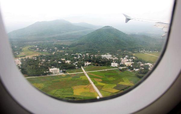 飞机即将降落时,三亚的山与三亚的田