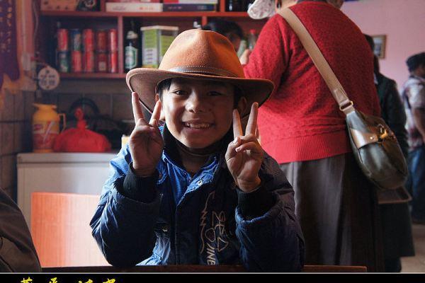 一个很阳光的藏族小帅哥坐在我对面,很上镜吧!