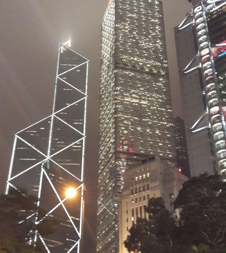 在尖沙咀沿岸眺望对岸中环景色时,你一定会看到一幢外形像竹子,由几组三角形组成的摩天大楼,它就是香港的地标性建筑之一,中国银行大厦,独特的造型寓意节节高升。 建筑设计 中银大厦最著名,也是最值得欣赏的就是它那独特的外观。它由贝聿铭建筑师事务所设计,大厦揉合了中国传统的建筑理念和现代科技,以玻璃帷幕及铝合金所建成。