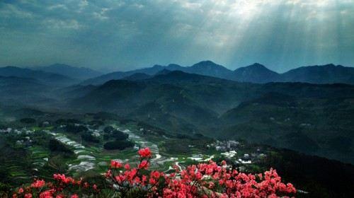 景区内山峰奇秀,植被蓊郁,气候宜人,是游客感受原生风情,体验大自然