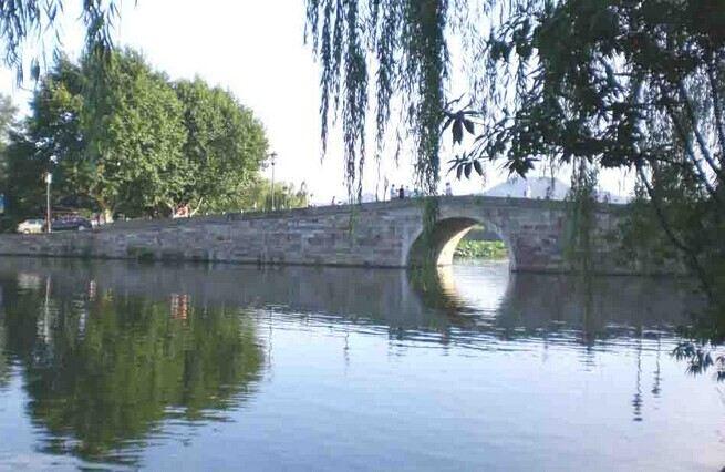 它的名字与中国民间故事《白蛇传》中缠绵悲怆的爱情故事联系在一起.