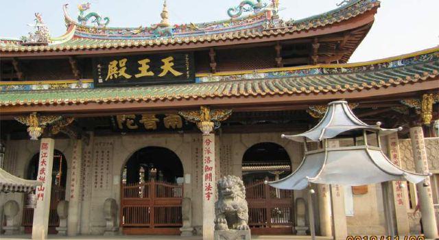 厦门旅游景点有南普陀寺,船游金门,鼓浪屿岛和集美学村等四项.