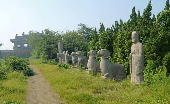 1971年,郑州市为纪念著名的京汉铁路大罢工,建造了这座并列双塔状的14