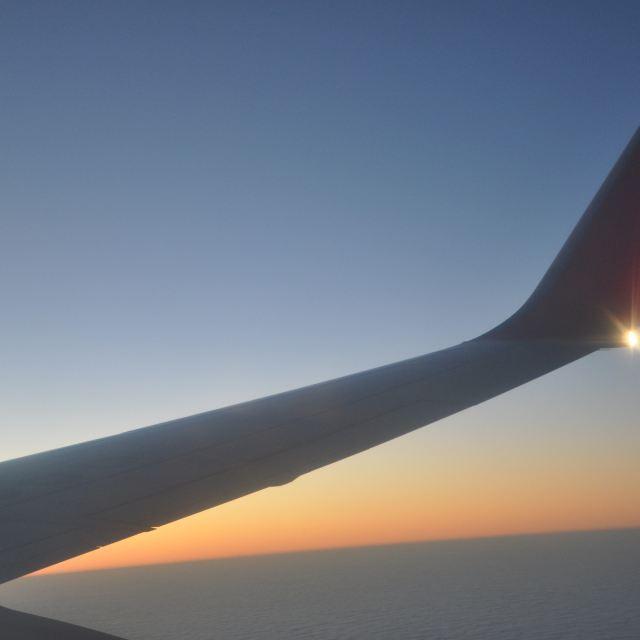 上海到海口的飞机上,再做海口到三亚的动车两个小时,比直飞三亚省钱
