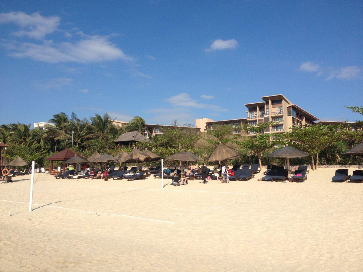 亚龙湾最细软的沙滩在红树林酒店前面,此处坡度也刚刚好,往西走海比较