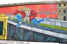 东边画廊-柏林-翱翔的大鲨鱼