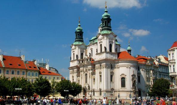 """<p class=""""inset-p"""">这座圣尼古拉斯教堂位于首都布拉格的老城广场,属于胡斯派的教堂,是老城区内历史最古老最美的巴洛克式教堂之一。登上钟塔,可将查理大桥、布拉格整个城市风光尽收眼底。</p><p class=""""inset-p""""><strong>历史背景<br /></strong>教堂初建于十三世纪,直到十八世纪才改为巴洛克风格,由当时的著名巴洛克建筑师丁森霍夫(Kilián Ignác Dienzenhofer)负责设计,花了多年才得以完成。</p><p class=""""inset-p""""><strong>参观导览<br /></strong>教堂外观极为抢眼,雪白的建筑配上青铜屋顶,与伦敦的圣马丁教堂神似。走进教堂,可以发现教堂对自然光源的巧妙利用,墙壁和天花板上由大师绘制相关圣尼古拉斯、圣本笃生平、旧约故事的湿壁画也值得细细品味。此外,还可以登上钟塔,一览城市风景。</p><p class=""""inset-p"""">如今入夜后,圣尼古拉斯教堂就成了欣赏古典音乐的场所之一,在古老的建筑中聆听一场高水准的管弦乐团的精彩演出,自然是非常难忘的体验。</p>"""