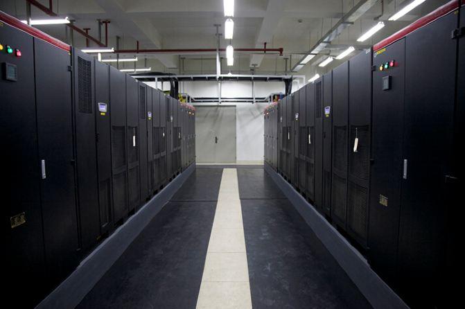 而今天參觀的中國聯通數北機房,屬于國家五星級數據中心。簡單的對機房背景做個介紹:數字北京機房面積約2800平方米,500個機柜,機房前身是為整合奧林匹克中心區內各類信息的基礎設施,確保2008年北京奧運會順利召開的綜合通信工程,機房位于北京北四環的奧林匹克公園內,國家體育館西側,水立方后方五百米,盤古七星級酒店斜對面! 1.