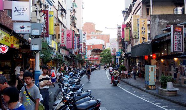 "<p class=""inset-p"">淡水老街位于台湾新北市淡水区,一般所说的""淡水老街"",是指淡水镇中正路一带,含其周围邻街——三民街、重建街、真理街、清水街一带。在这里,可以见到遗留保存下来的古建筑、屋舍。</p><p class=""inset-p"">淡水老街的特色在于老字号美食,中正路两旁林立着众多鱼丸、鱼酥店,如德裕鱼丸、可口鱼丸、味香鱼丸、许义鱼酥等;耐人寻味的〝铁蛋〞则是卤蛋反复卤制,最后蛋白缩成薄薄的黑色韧皮,气味香醇。阿婆铁蛋已有30多年历史,是淡水小镇最知名的小吃之一;〝阿给〞的作法是油炸豆腐皮中塞满粉丝,在糊上鱼浆,蒸过后浇上特制的辣椒酱,便成了这道风味特殊的小吃。吃完道地小吃后,不妨来杯酸中带甜的酸梅汤,满足口中的味蕾。</p><p class=""inset-p"">此外,淡水老街还有许多家艺品店、咖啡馆、服饰店、商店,是一条集美食、小吃、购物、休闲于一体的老街,也是台湾最具特色的老街之一。</p>"