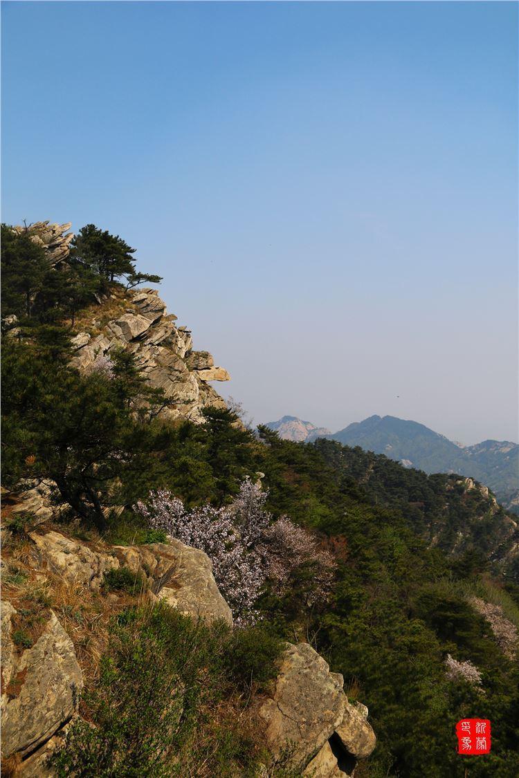 龟蒙顶,海拔1156米,为蒙山最高峰,位于临沂境内,景区属于蒙山南麓,为