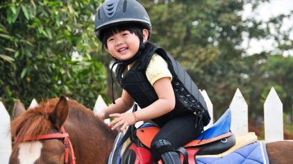 幼儿学骑马.jpg